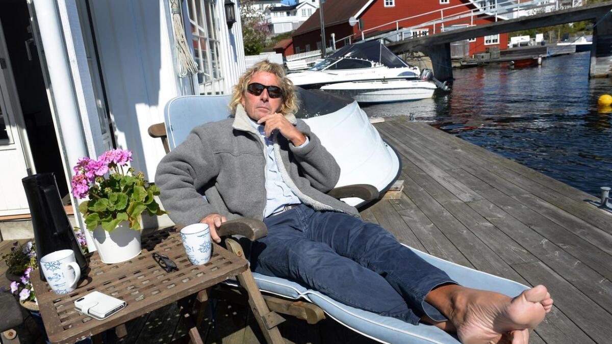 Guttorm Guttormsen fra Arendal hviler ut på bryggekanten hjemme i Kolbjørnsvik på Hisøy. Han er glad            han og resten av mannskapet på fire kom fra havariet i Atlanterhavet med livet i behold.