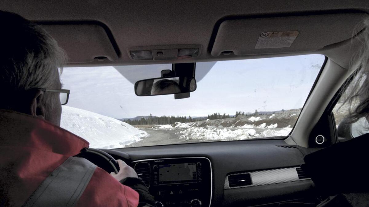 Vi tar av litt etter avkjøringen ved Skyggesteinkrysset mot Trommedalen. Snømassene er måkt ut i veien for å smelte. Foran oss ligger 3,5 kilometer med humpetitten-tei.