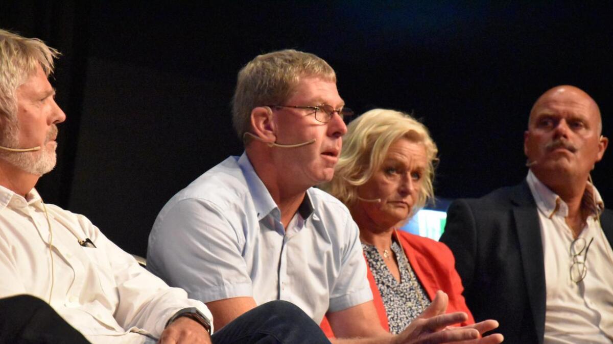 Ordførerkandidatene hadde onsdag kveld en fullsatt sal foran seg. F.v. Odd Grønberg (H), Eivind Drivenes (Sp) Solveig Robstad (Ap) og Nils Olav Larsen (KrF).