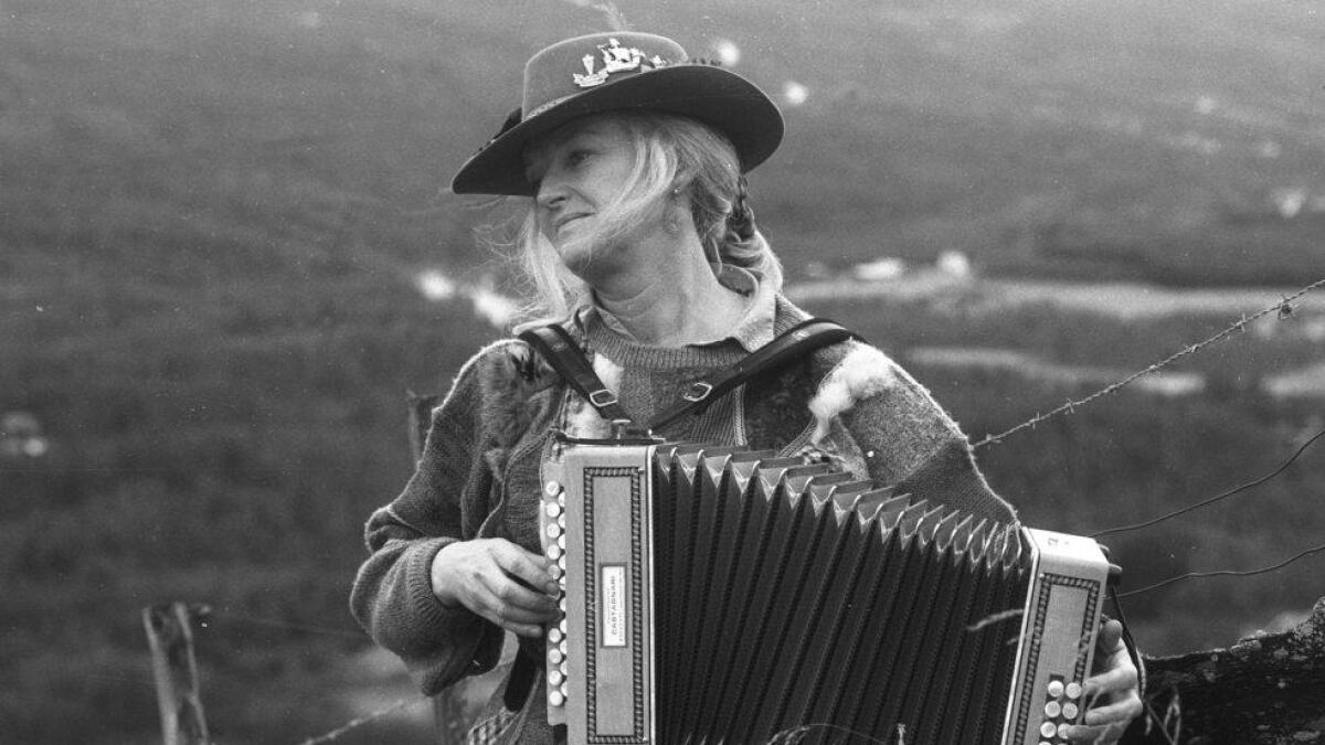Oppe i Liengardane spelte Inger Tragethon torader for NRK under open himmel.