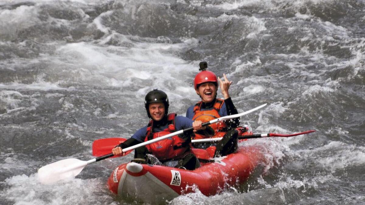 Michael Jacob Drahl Mathieson (bak) og Bjørn Ivar Lillethun var utplasserte i ei raftingverksemd i Spania. Her frå ein av turane deira.