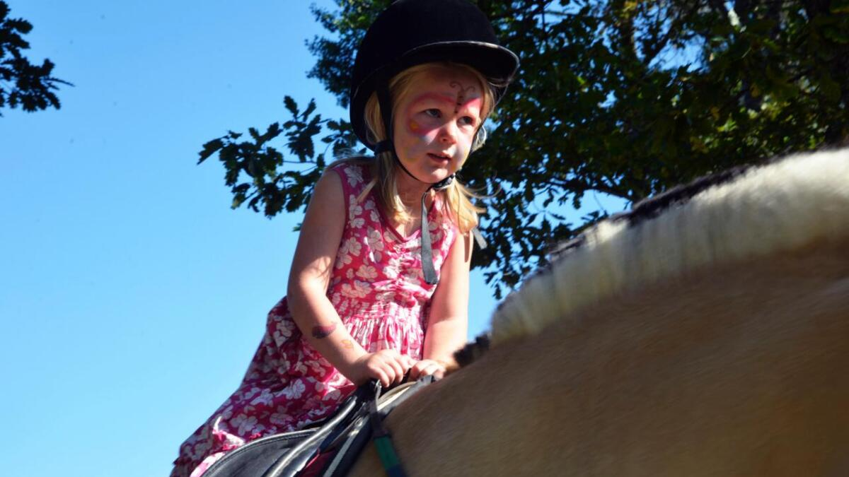 Siri Tangstad (4) var for konsentrert om å holde hesten på rett kurs til å smile til fotografen.
