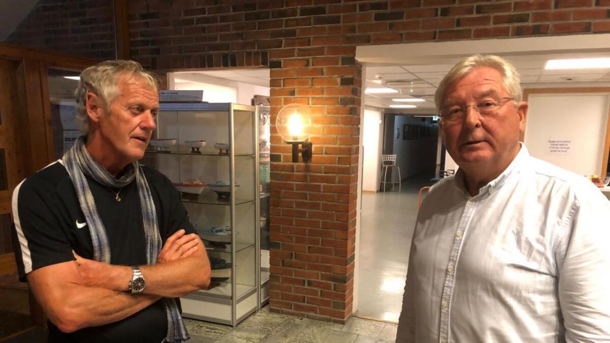Stein Gjulem (KrF, t.v.) diskuterer tellefeilen med leder i valgstyret, Gunnar Topland.