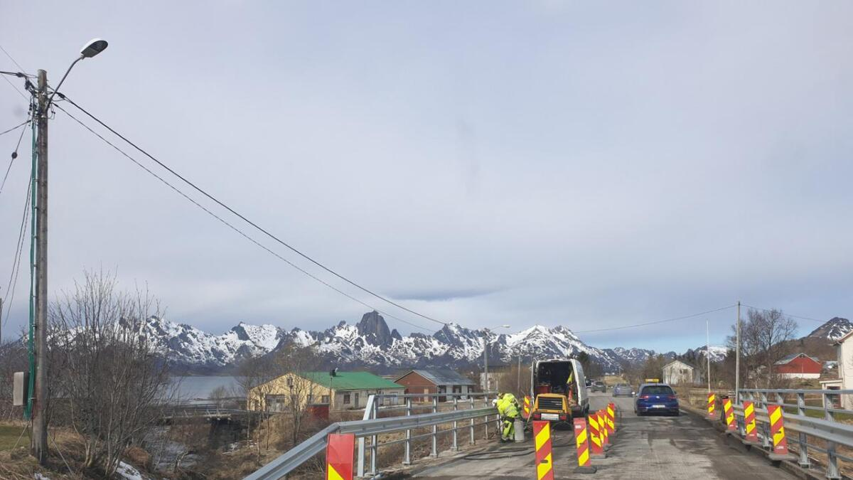 I vår ble det skiftet rekkverk og asfalt på brua over Lakselva på Frøskeland. Det var da det ble oppdaget korrosjon i armeringa i bruplata.