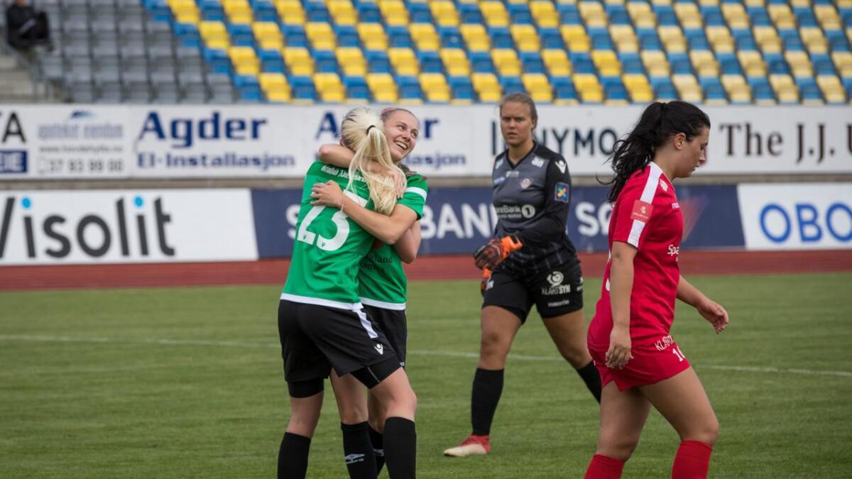 Amazon Grimstad har mye å juble for om dagen. Samtidig som laget suser videre i 1. divisjon i jakten på opprykk skyter også interessen for kvinnefotballen i været etter gode seertall under VM. Bildet er fra storseieren over Grand Bodø denne sesongen.