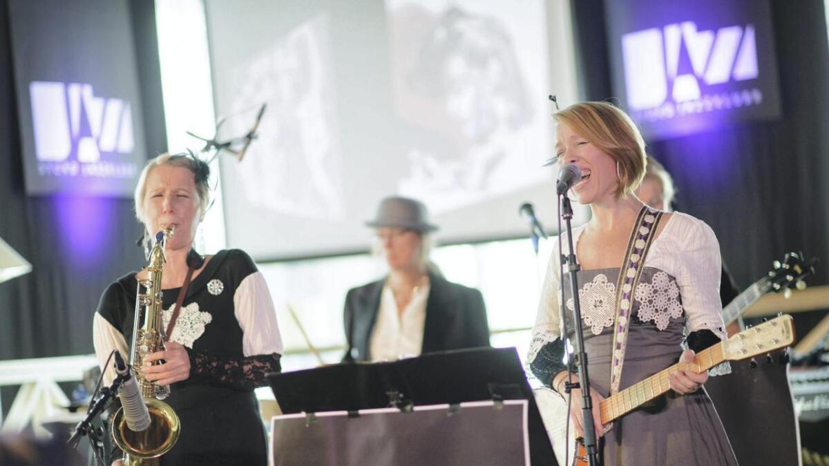 Elsie Petrén (f.v.), Eva Grund, Jenny Fall og Lena Andersson (bak) har eit hektisk konsertprogram medan dei er på Stord og i Sunnhordland.                       Laurdag hadde dei to konsertar. ALLE