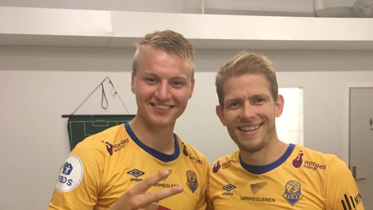 Ole Marius Håbestad (t.v.) signaliserer to mål, mens Mathias Wichmann hadde én scoring i 3-1-triumfen borte mot Tromsdalen torsdag.