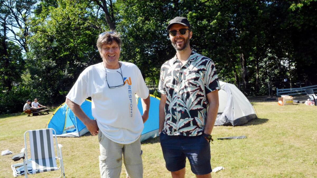 Jon Tønnevold og Mikal Vassbotn er veldig glade for at utstyr som er satt igjen av festivaldeltakerne ikke havner på søpla, men kommer til nytte.