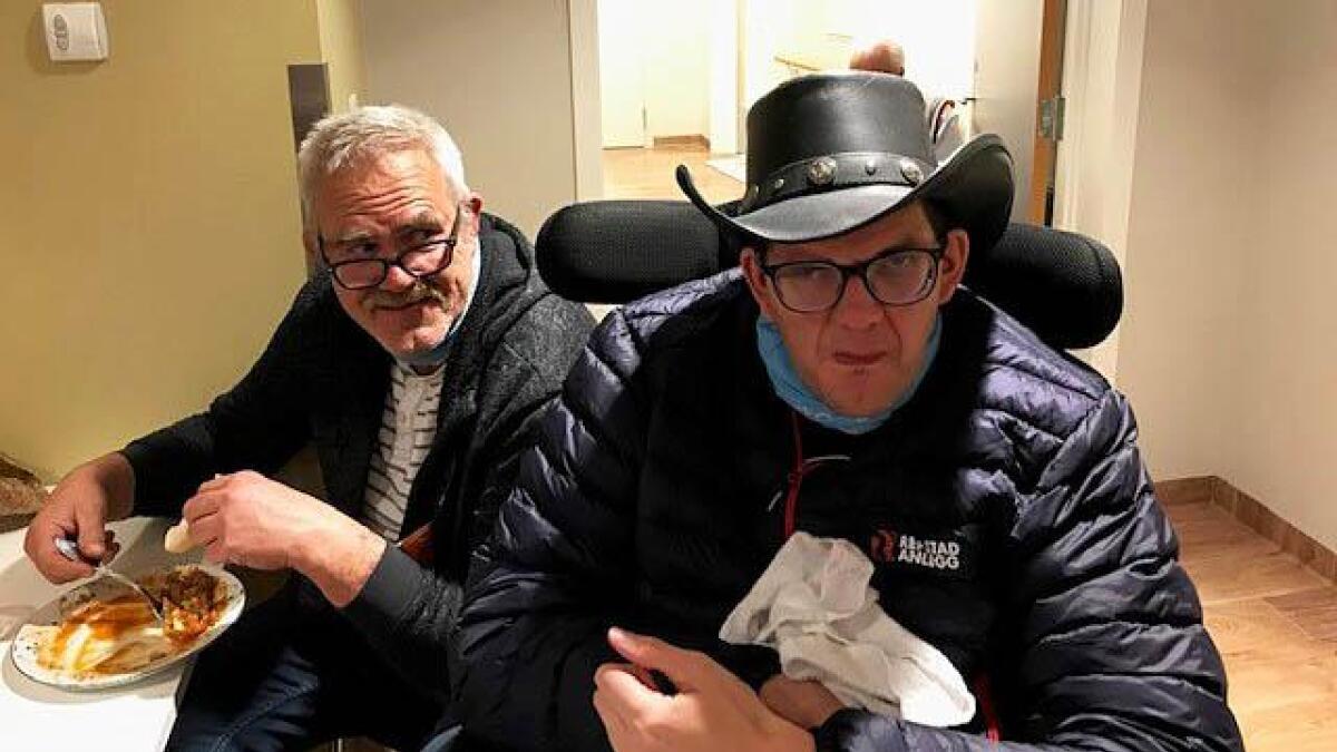 Dan Ruben Lindland (t.h.) hadde funne fram cowboyhatten då Ove Støylen spelte. Til venstre sit Bjørn Arild Lindland.