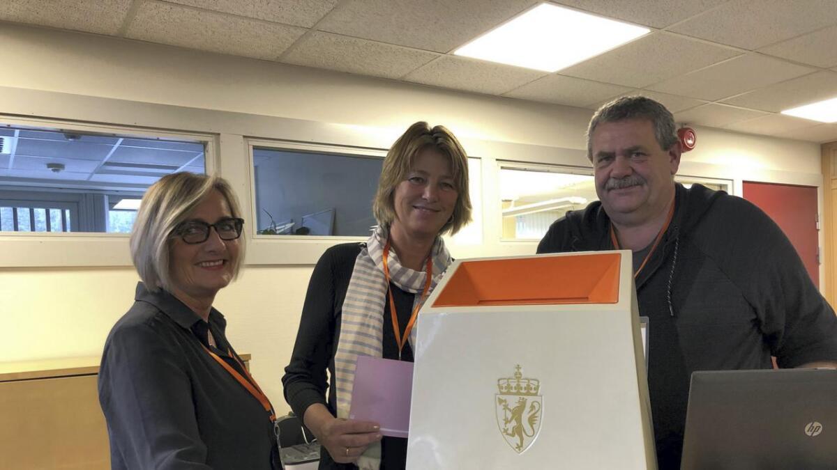 F.v. Kate Hovdegård, Unni Wetlesen og Vidar Skreprud var valansvarlege i Nore og Uvdal og fyrst ute med å offentleggjera valresultatet i vår region.