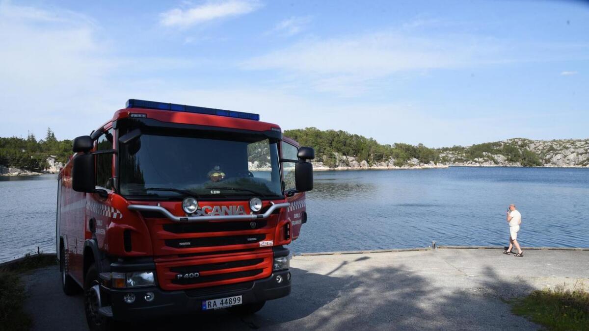 Innsatsleiar Jens Helge Habbestad snakkar her med brannmannskapa som er ute ved Hisøy