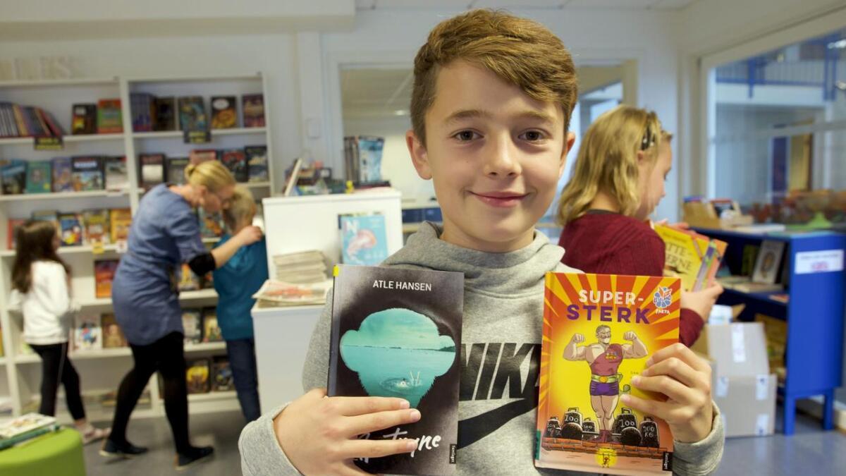 William Andre Hatlevik Helland (9) likar seg på skulebiblioteket på Rimbareid barne- og ungdomsskule.
