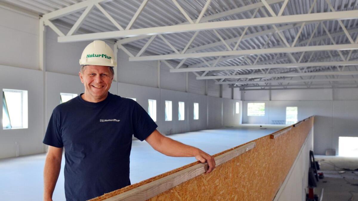 Prosjektleder. Tore Cato Møretrø er fornøyd med at alt går etter planen. Her står han på det som skal bli tribune og kontorer.