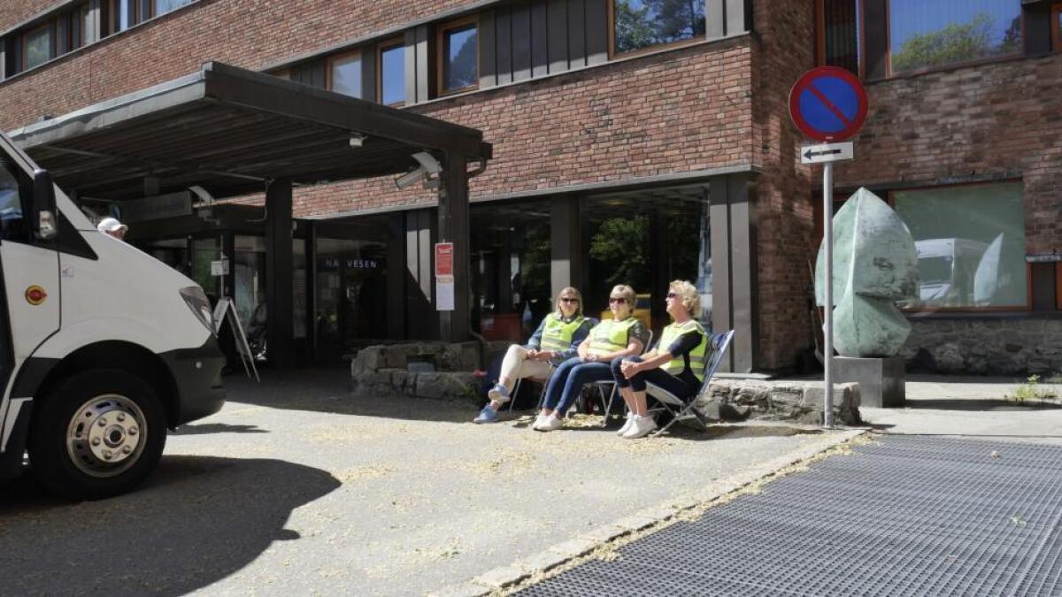 30. mai, og tre av de seks foreløpig streikeuttatte helsesekretær er på streikevakt foran Sørlandet sykehus Arendal.