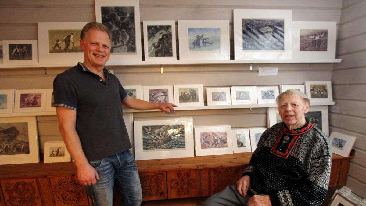 Olav og Gunstein Bjørgum blant noen få av alle de bildene 80-åringen har til salgs. Flotte julegaver, smiler de to.