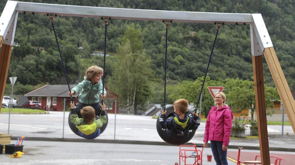 Leikeplassen ligg tett ved Fv 7 gjennom Granvin. Bente Espeland sikrar god fart i huskene, for Lars, Sjur og Jakob.