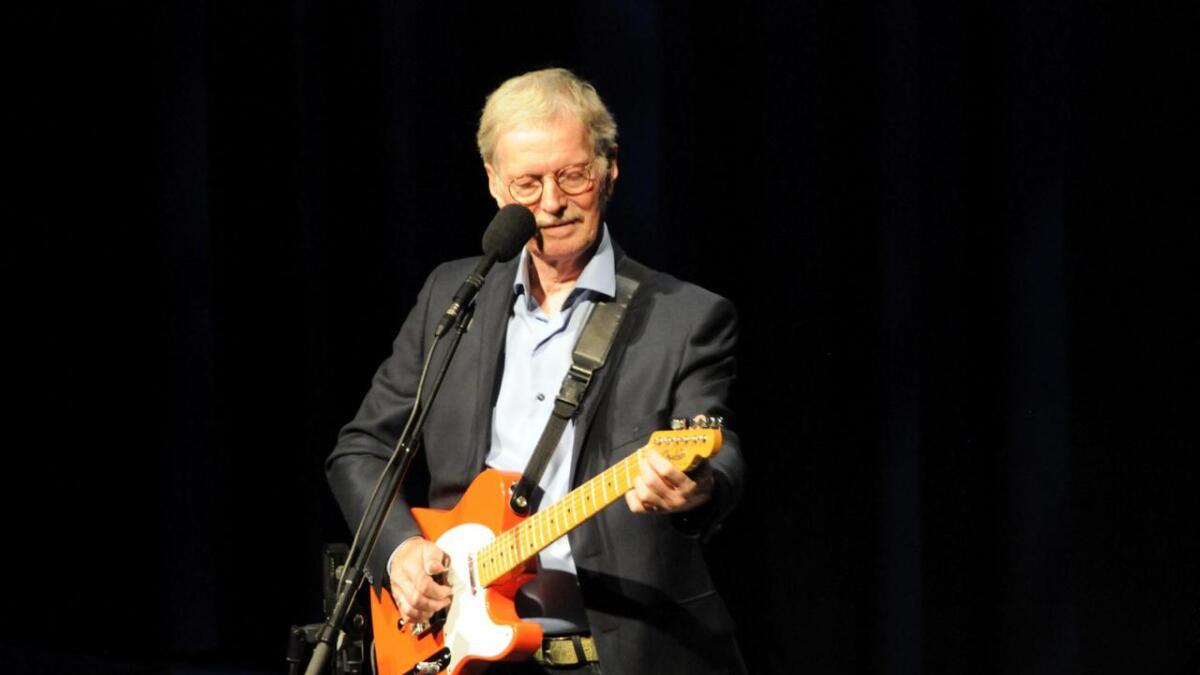 Øystein Sunde underholdt med raskt gitarspill, gode tekster og artige historier. (Alle
