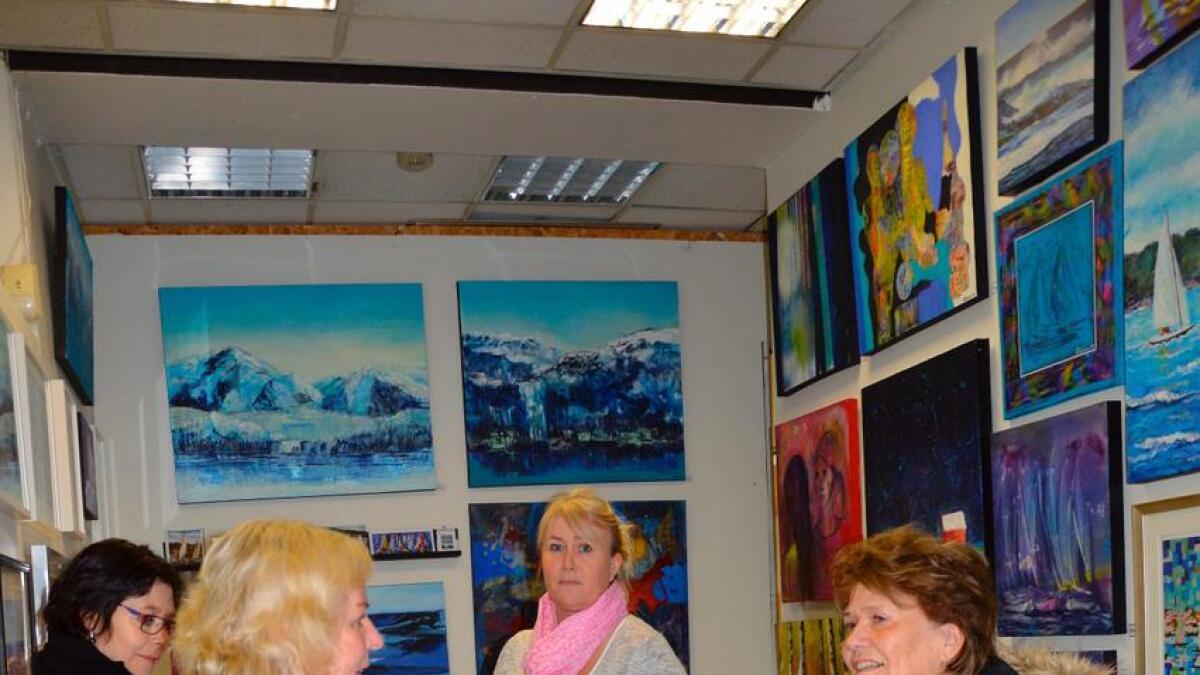Heidi Danielsen, Irene Henriksen Aune,  Elin Ohlsen og Grethe Jorun Andreassen inne i galleriet.