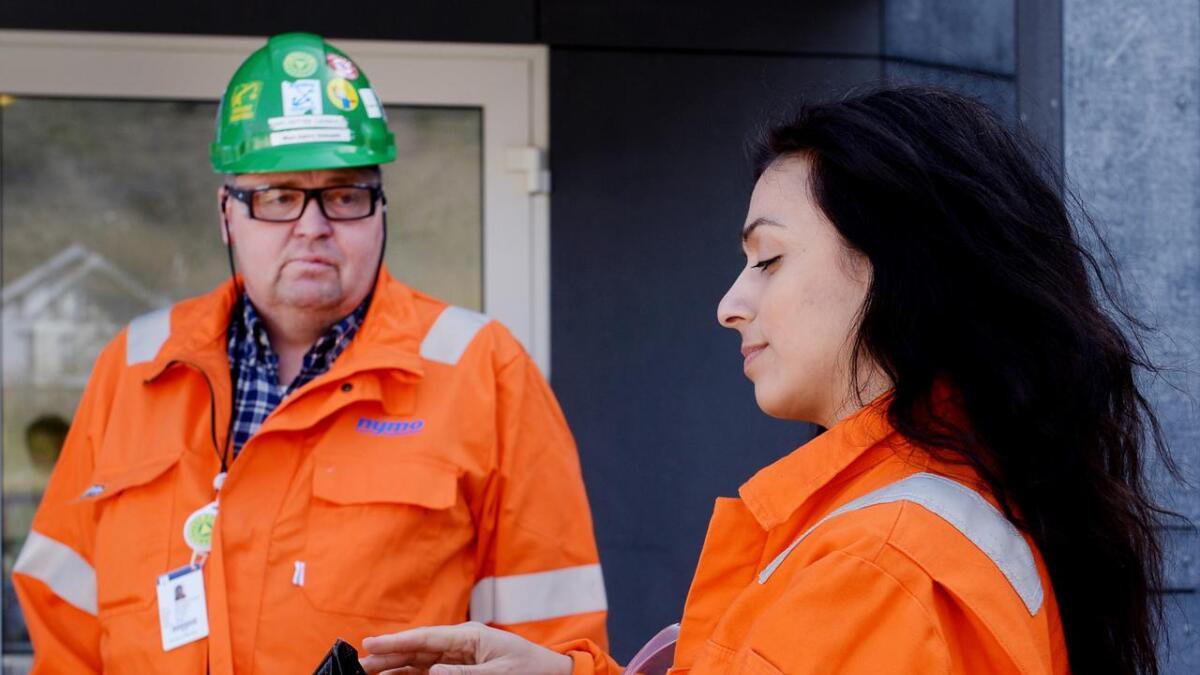 Fellesforbundets nestleder, Carl Petter Launer fra Arendal, melder seg ut av Arbeiderpartiet fordi han frykter for arbeidsplasser i oljebransjen. Her er han avbildet sammen med nestleder i Arbeiderpartiet, Hadia Tajik.