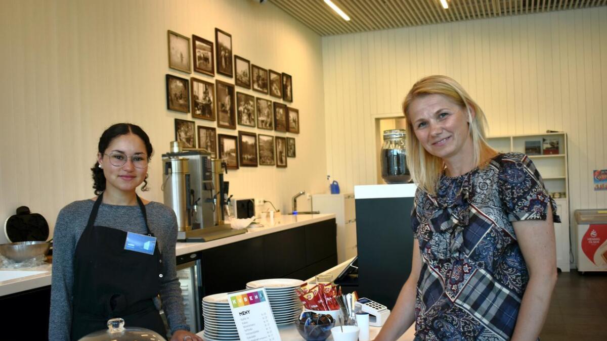 Nora Troli er kafévert på Oselias kafé, hvor hun serverer vafler, sjokolade, lefser, te og kaffe. Marked- og arrangementsansvarlig Joanna Sunnset håper noen vil satse på en større kafédrift på Kuben enn det som er i dag.
