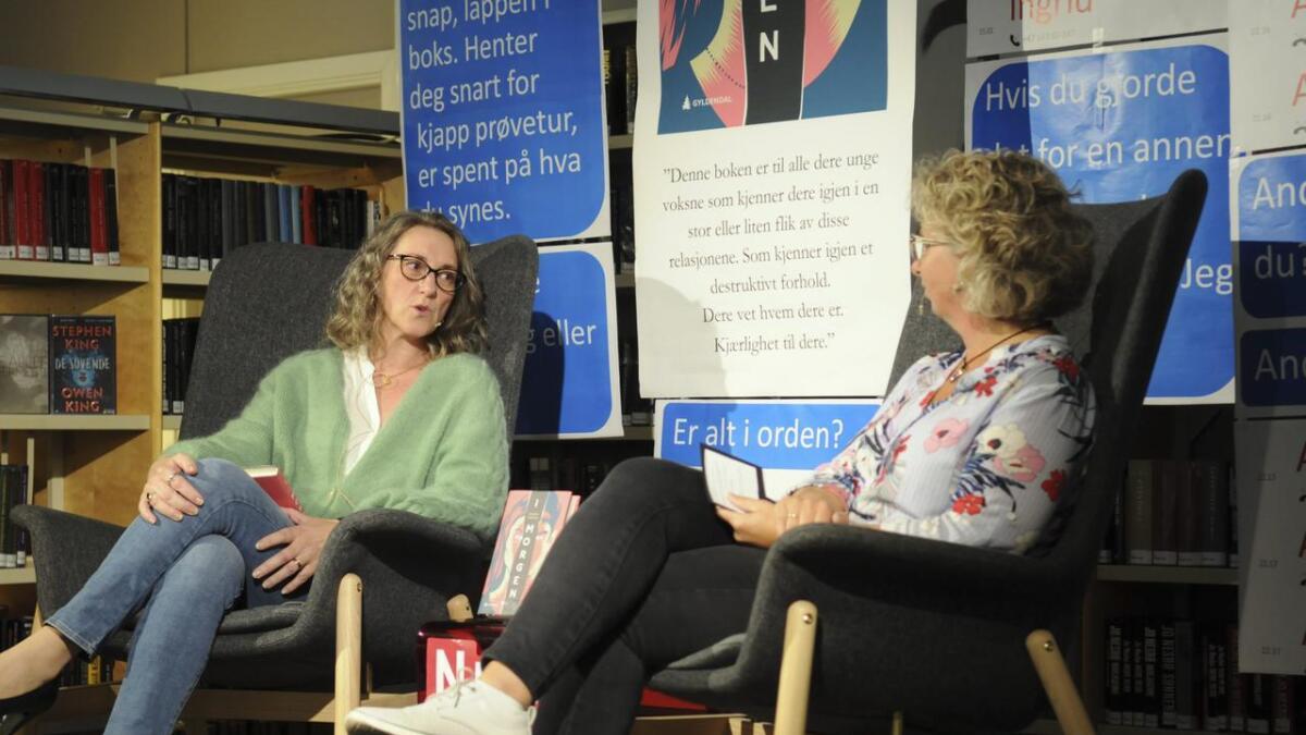 Elisabeth Kjensli Johansen (t.h.) inviterte til lanseringsfest i Nes bibliotek i anledning Caterina Cattaneos bokutgivelse.