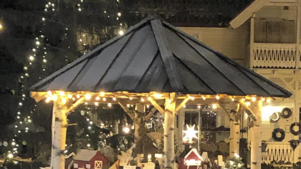Nisselandsbyen lyser opp i desembermørkre.