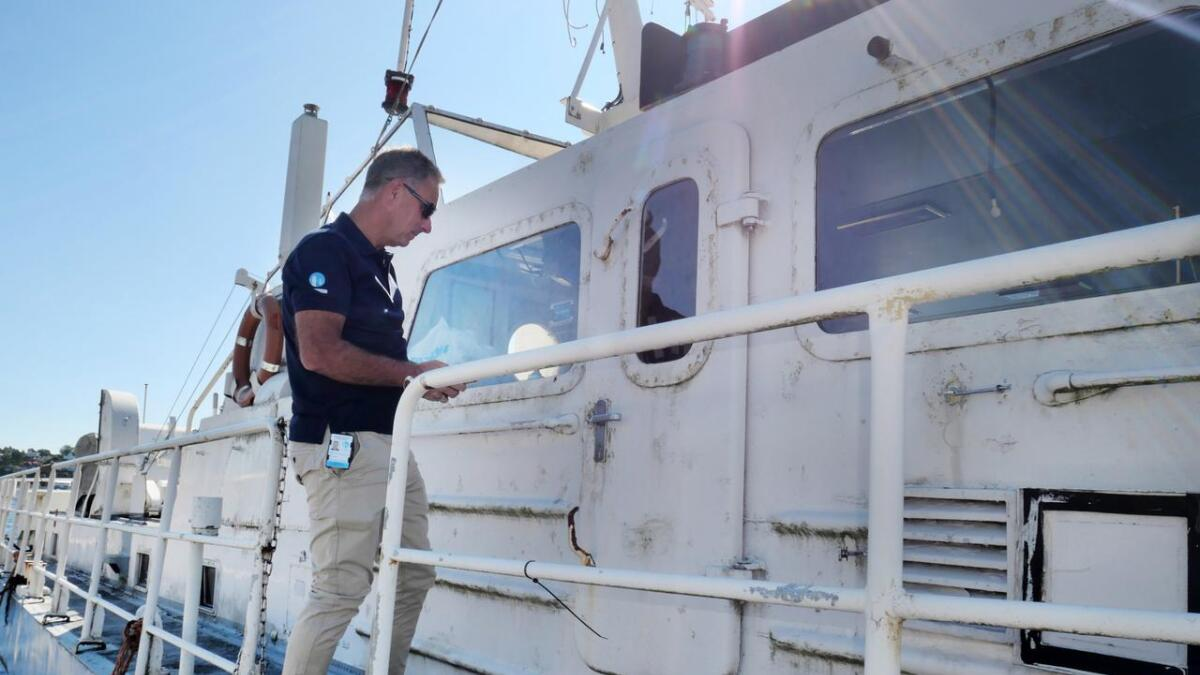 Havnefogden og hans folk bruker mye tid på å lete etter eierne av forlatte båter.