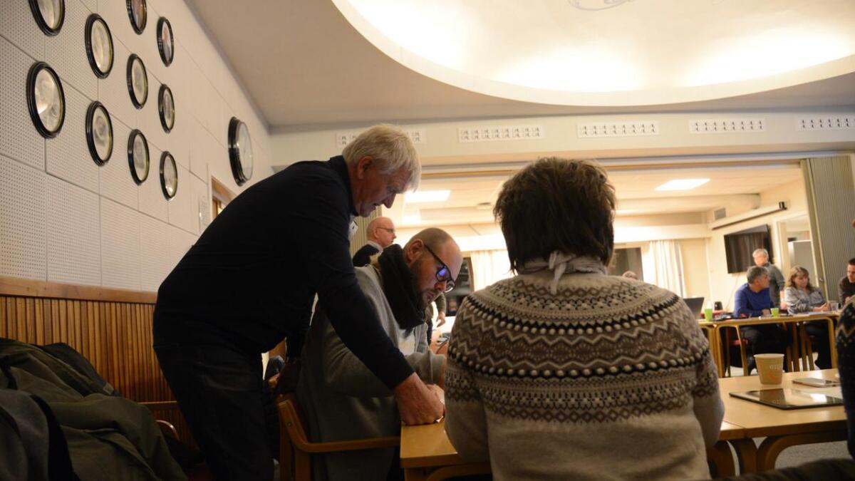 Senterpartiets Kjell Ålien (t.v.) gav skulane i Nes ros. Eit samla kommunestyret støtta rosen.
