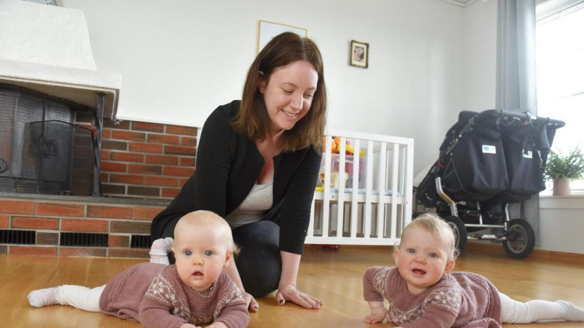 – Den første tiden som tvillingforeldre, og med en storebror på tre år, var ekstremt utmattende, synes Beathe Eraker. – Ikke alle har besteforeldre som kan stille opp når det røyner på. Da bør det være et annet tilbud som kan settes inn før familiene går dukken. Det er ikke så mye som skal til, og det trenger ikke å koste kommunen mye. En frivillig sjel som holder barna en liten stund ville betydd en stor forskjell, mener tvillingmammaen. ALLE