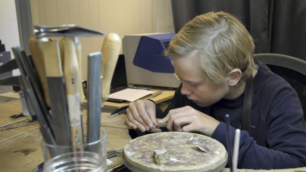Etter nokre månader som læregut hjå Gullsmio, skal Jens Nesse lansera sin eigen kolleksjon, under varemerket SNEJ. Han lagar både ringar og øyredobbar.