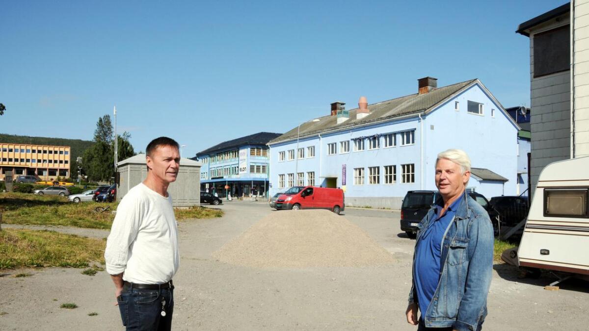 Teknisk koordinator Geir Karlsen og næringskonsulent Geir Breivik i Sortland kommune oppfordrer folk både i sentrum og ute langs løypa om å rydde og sjaine til ARN 17. august. Parkeringsplassen i Kvartal 13 får ny grus for å være klar til festen. (Alle