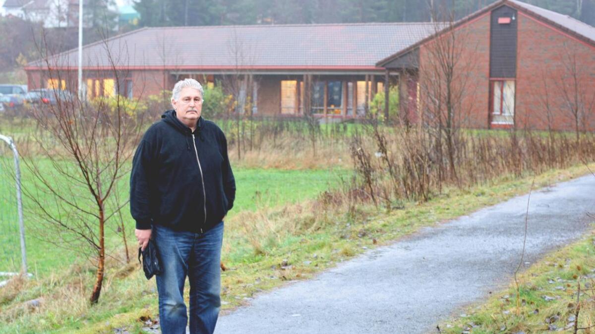Bent Egil Albrechtsen sier han nesten var i havn med en åndeutdrivelse, da oppdraget ble avsluttet fra kommunens side.