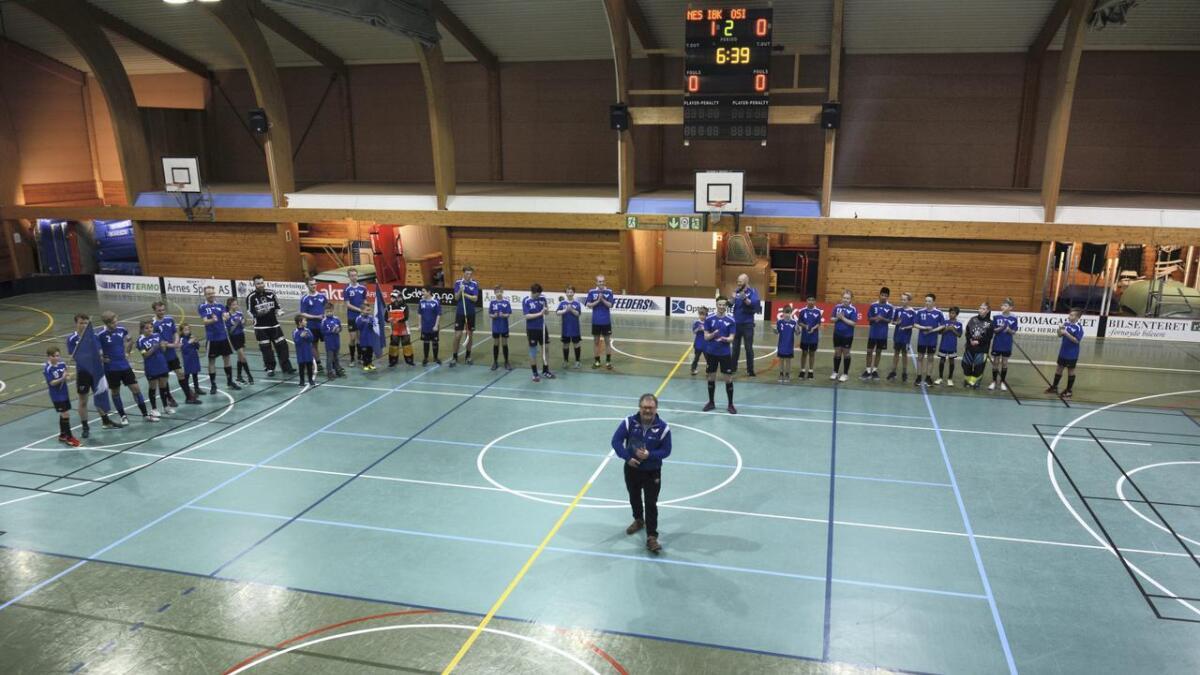 Mange Nes IBK-spillere stilte opp da det nybakte æresmedlem Jørn Frogner ble hedret.