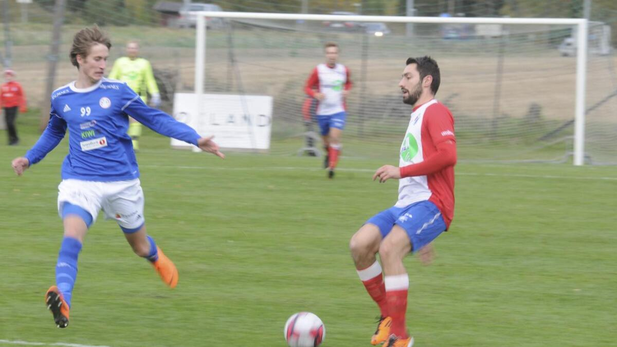 Petter Hanekamhaug for R&Å og Mergim Shurdiqi for FUVO med ballen.