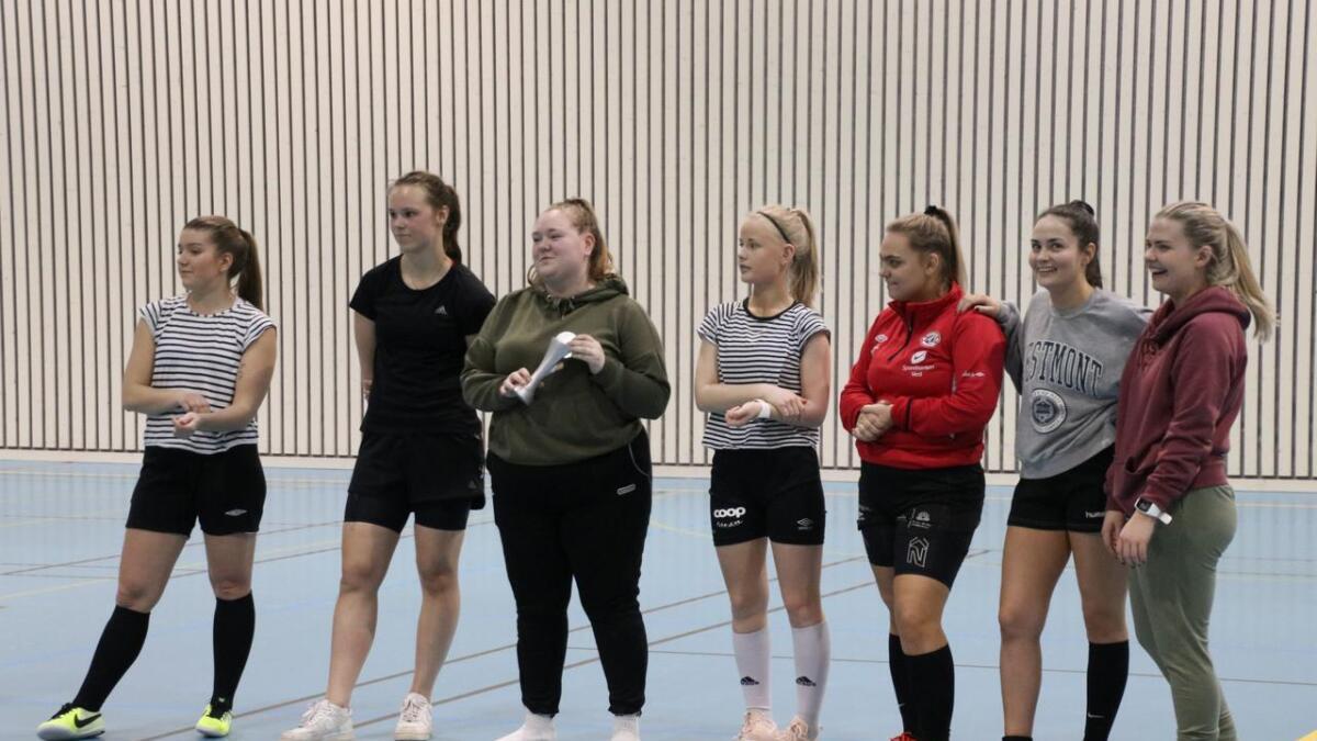 Laget Sabeltanns Piker fekk pokal for 2.-plassen i dameklassen.