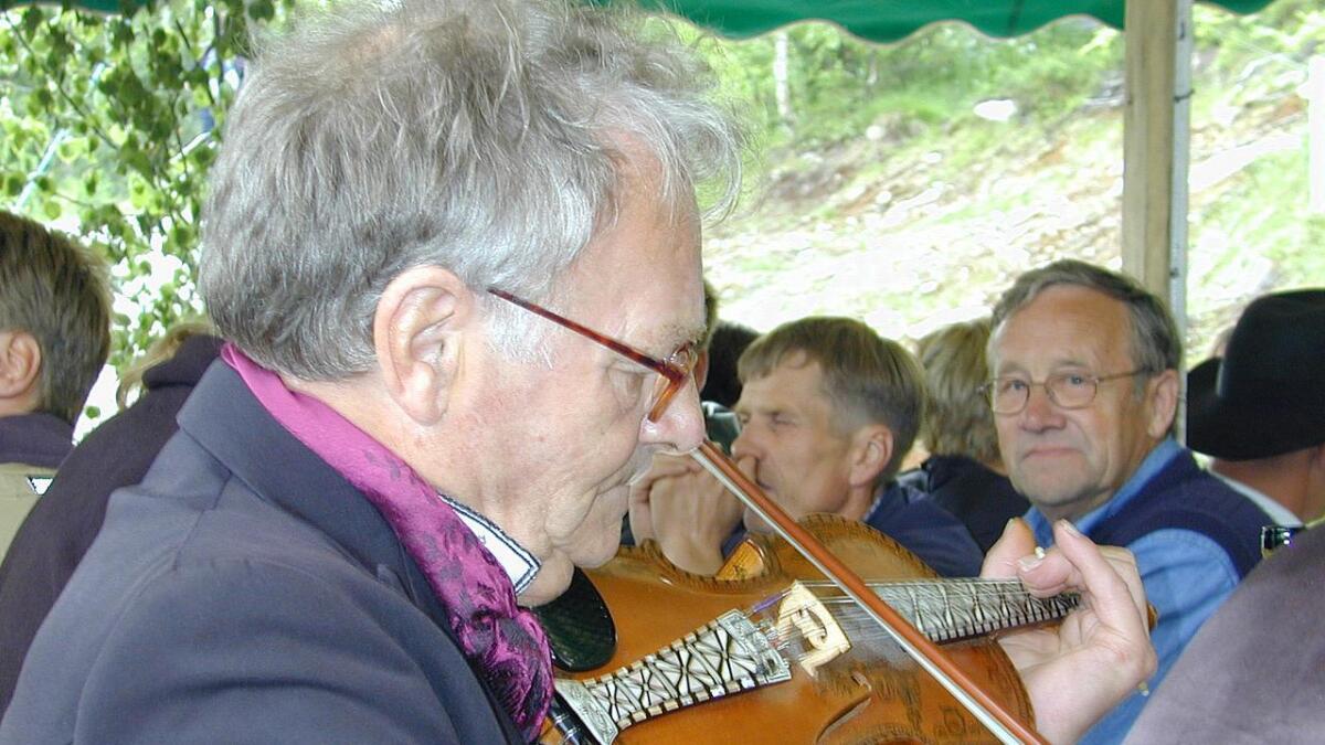 Bjarne Herrefoss har sett seg ned blant kafépublikumet under landskappleiken på Rauland i 2001. Den ivrige lyaren til høgre er Haldor Høglid frå Høydalsmo (1933-2019).