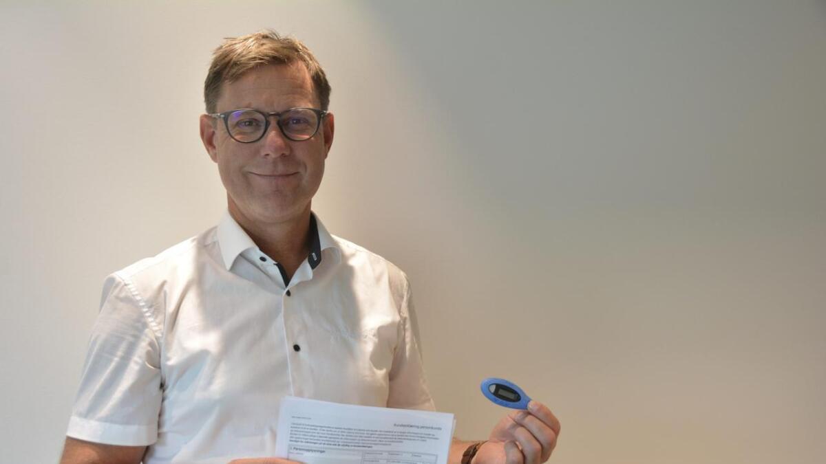 Avdelingsleiar for Sparebanken Din Seljord, Terje Strømmen, seier at ein i dag må ha pass for å få ei bank-id-brikke.