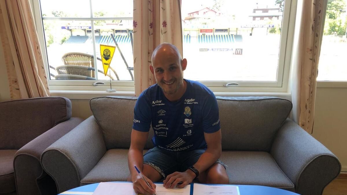 Inne i klubblokalene til Jerv satte Øystein Øvretveit sin signatur til en kontrakt som binder han til klubben ut 2022.