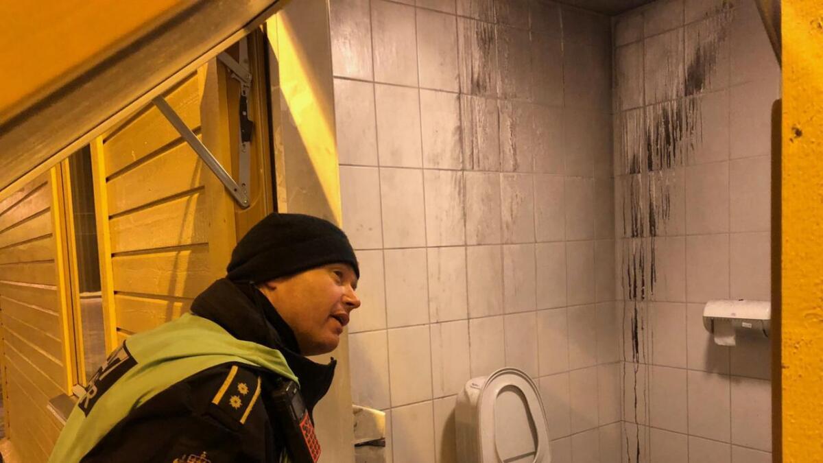 Alt tyder på at nokon har prøvd å setja fyr på toalettet på venterommet på jernbanestasjonen, seier innsatsleiar Ole Marius Røttingen.