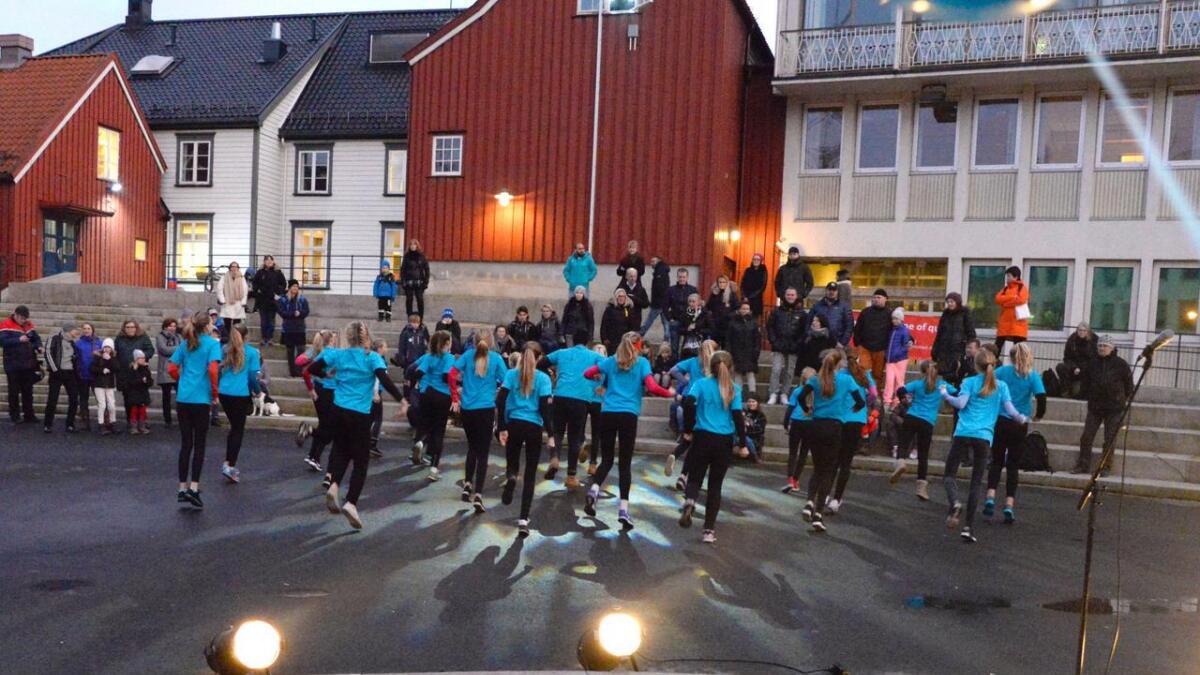 Bølgen Dansestudio åpnet Arendal vinterfestival 2017 på Kanalplassen.