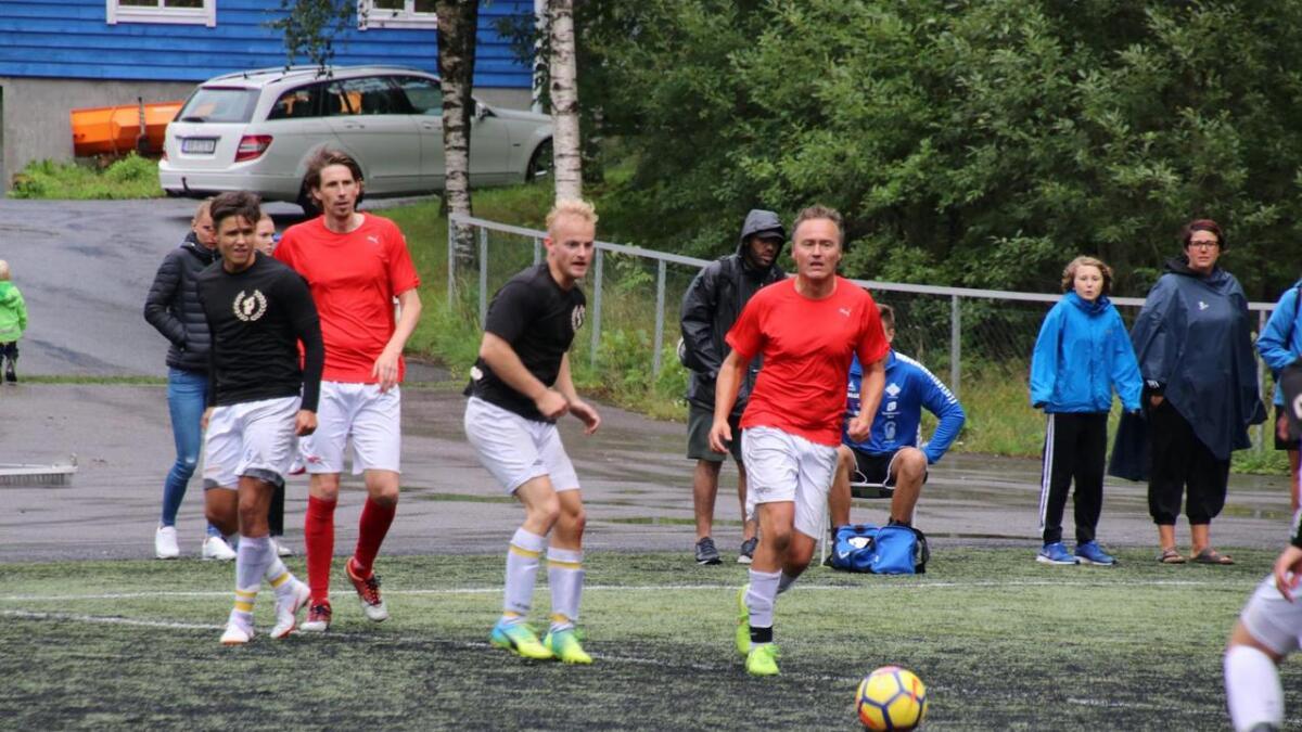 Lokale yngre og eldre spelarar i aksjon under Vertshuscupen 2018. Frå venstre Stian Olsnes, Kim Andre Njaastad, Eivin Dyvik Sellevold og Sjur Brattabø.