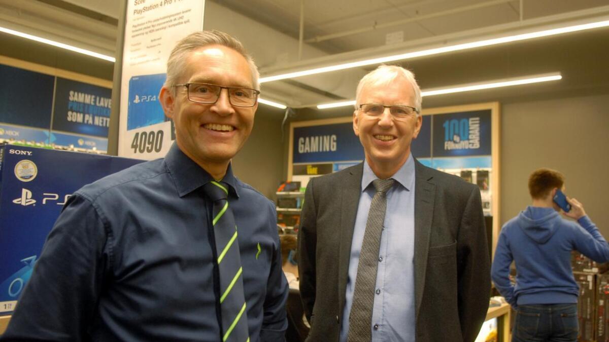 Jan-Eirik Johnsen i Johnsen Eiendom AS (t.h.) og kjedeleder for franchise i Elkjøp, Frank Rune Røvde, var strålende fornøyd på åpningsdagen.