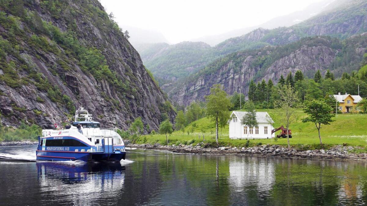 Her er Rødne Fjord Cruise i Mostraumen for ein del år tilbake.