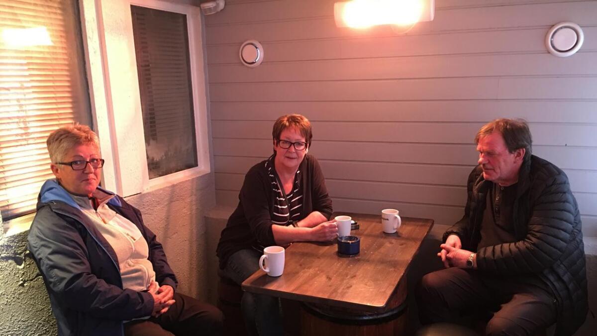 Eirin Hansen, Sylvi Anthonsen og Kåre Pedersen er rystet over det frekke innbruddet på Høtten Pub. Det var Sylvi som oppdaget det og meldte fra til politiet.