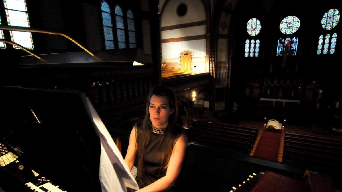Liv Kristin Holmberg fra Skien er antatt på Høstutstillingen med sitt nattlige kirkeprosjekt som hun var i Skien kirke med.