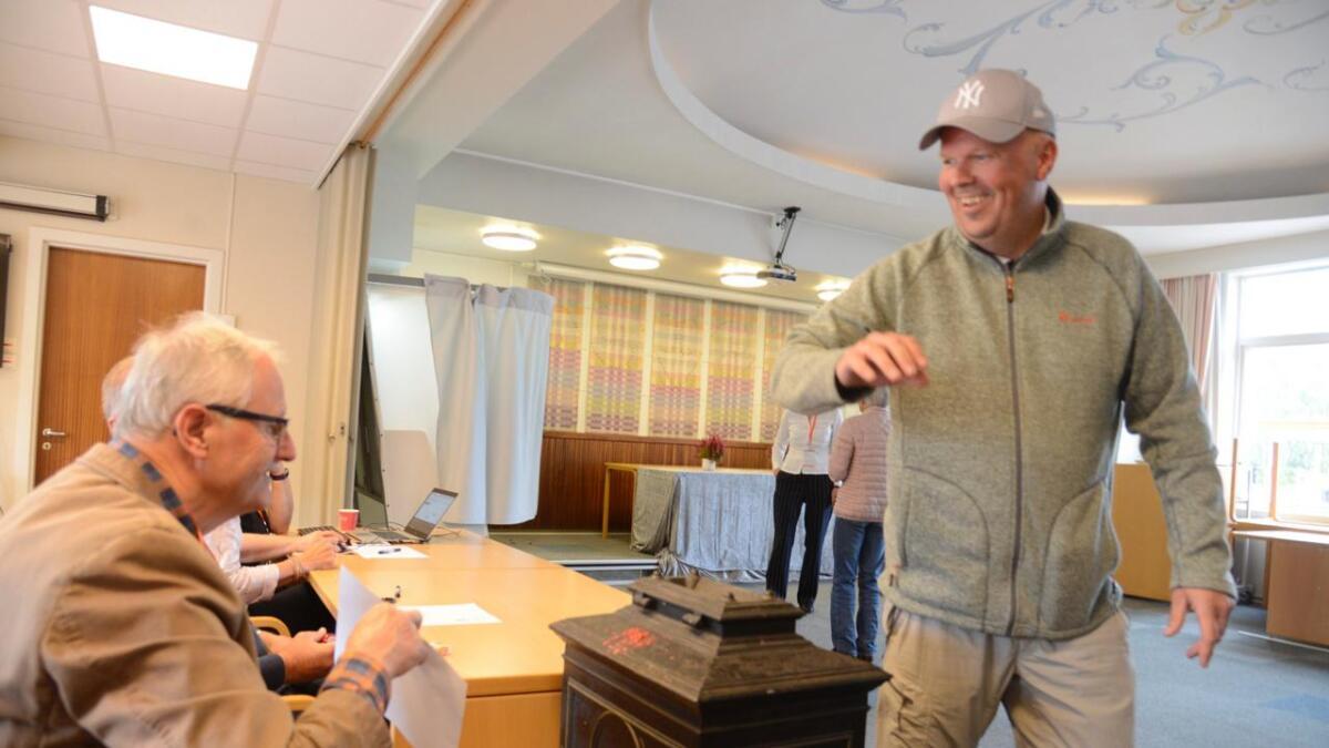 Bjørn Vissebråten la stemmesetlane i urna med eit smil. Torstein Hanserud såg til at alt gjekk rett for seg.