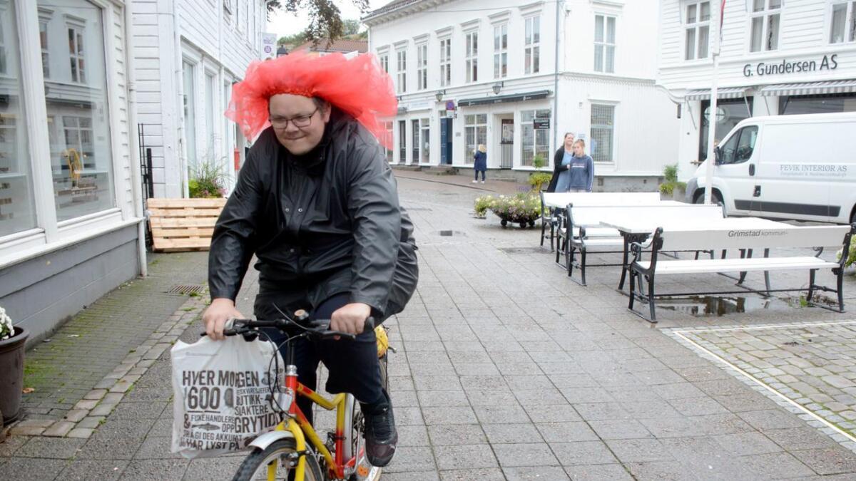 sykle gjennom byen med i et rødt strutteskjørt.