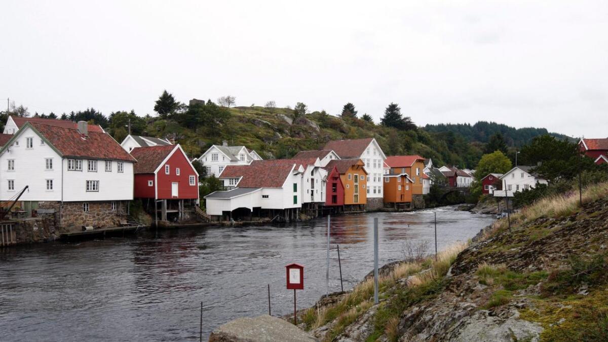 Natt til onsdag ble verneverdige hus i Jøssingfjorden berget, men brannen kan spre seg til fredede Sogndalstrand.
