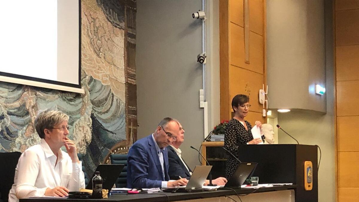Rådmann Tone Marie Nybø Solheim måtte mandag informere kommunestyret om en ny stor innkjøpssak under oppseiling i Grimstad. Det er umulig å forstå at dette kunne skje parallelt med at ordføreren og rådmannen arbeidet med oppfølging av helsekjøpssaken.