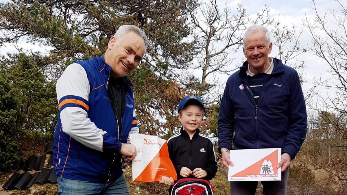 Thomas Nygård får sin deltakerpremie – sekk og caps av Trond Wirak (t.v.) og Hans Jakob Kløvstad (t.h.).
